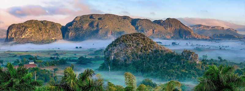 vinales : ses montagnes verdoyantes et nuageuses
